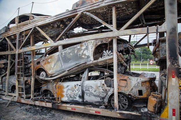 Un camion brancard prend feu sur une autoroute et brûle plusieurs véhicules