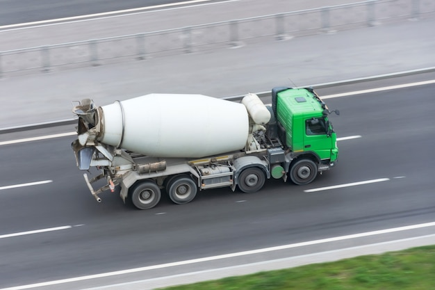 Camion avec camion malaxeur roulant sur l'autoroute.