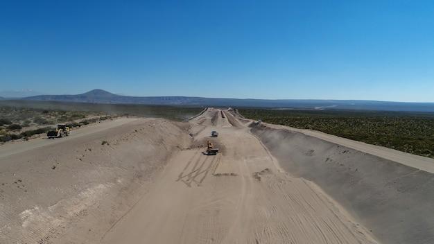 Camion de chargement d'excavatrice de pierres, dans la construction de routes.