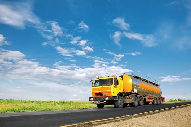 Camion-citerne de carburant sur la route
