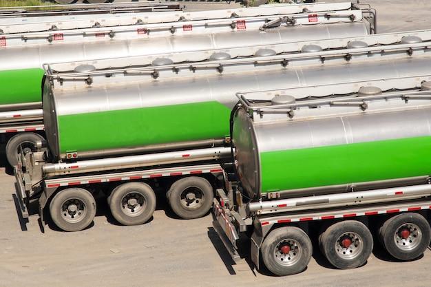 Camion-citerne de carburant des véhicules à moteur d'expédition de carburant, camion de logistique, pétrole, puissance.