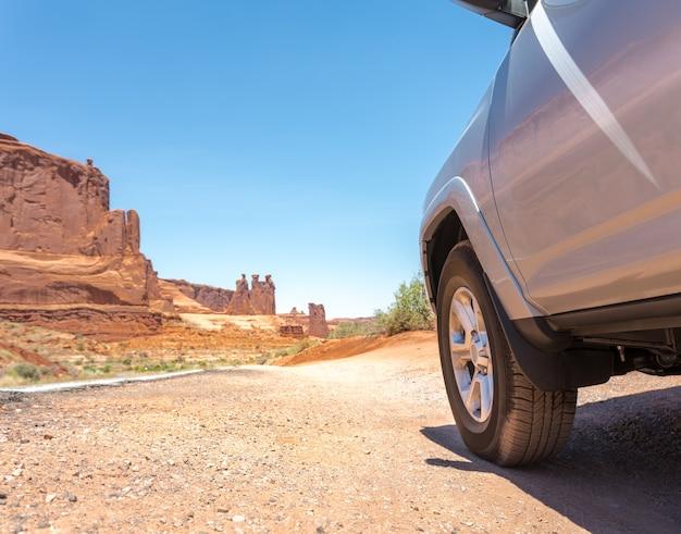 Camion dans le désert avec des montagnes en arrière-plan. concept d'aventure dans le désert