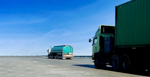Camion à essence ou à huile sur un conteneur routier