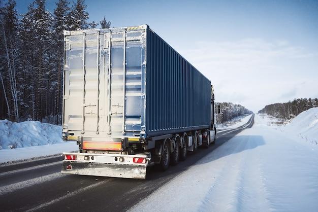 Camion de fret sur une route d'hiver.