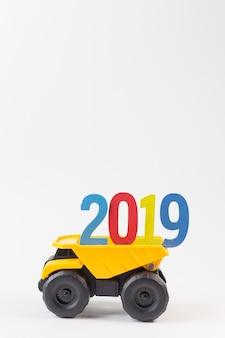 Le camion jaune détiennent le numéro 2019 sur fond blanc.