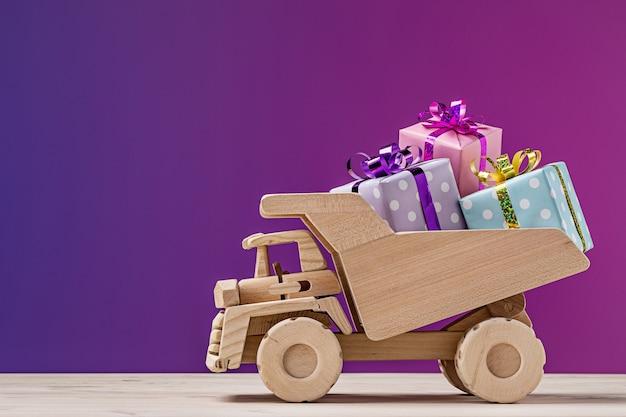Camion jouet avec coffrets cadeaux. copier l'espace, tourné en studio