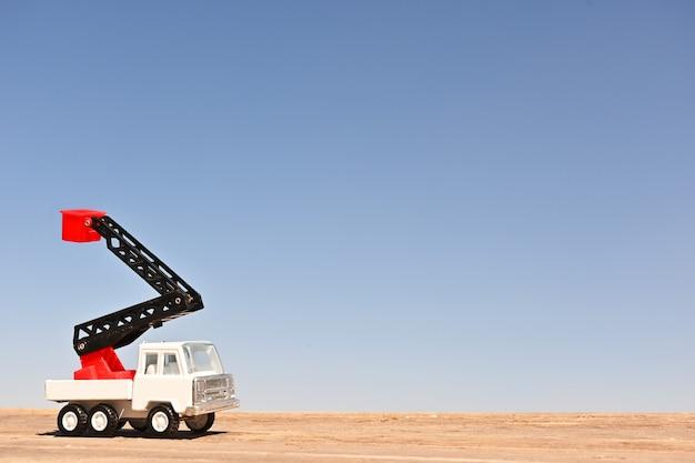 Camion jouet à collectionner à l'échelle plancher de bois et fond de ciel bleu macro