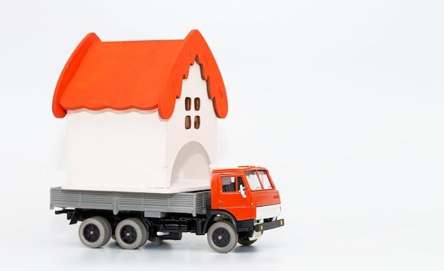 Le camion jouet simule la livraison de marchandises