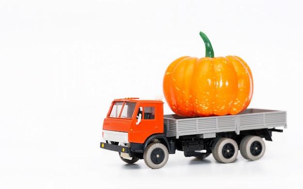 Un camion jouet simule la livraison de nourriture
