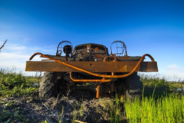 Camion militaire abandonné, cassé et rouillé dans la toundra.