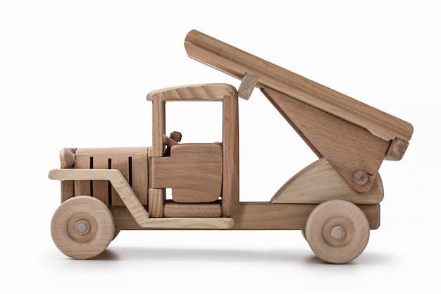 Un camion militaire en bois miniature dans le studio.