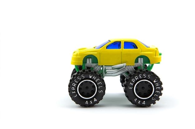 Camion monstre jaune ou voiture monstre isolé sur blanc