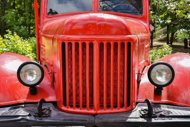 Camion de pompiers dans le parc de la victoire à saratov