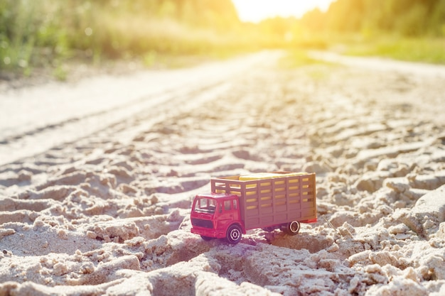 Camion rétro jouet sur la route - symbole du transport de marchandises