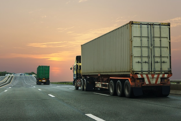 Camion sur route avec conteneur.