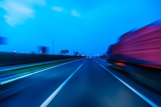 Camion sur une route express rapide, flou de mouvement