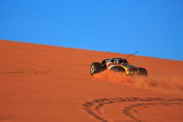 Camion télécommandé dans les dunes de sable