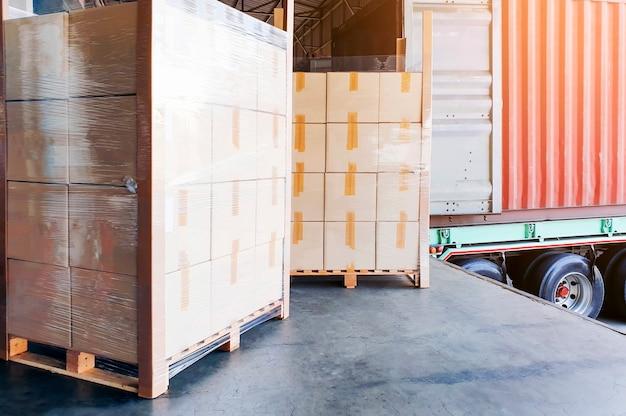 Camion transportant des conteneurs de chargement de chargement de chargement à l'entrepôt