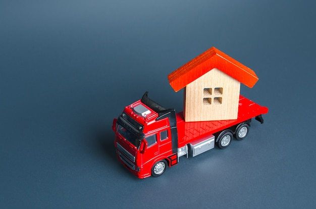 Camion transportant une maison services de livraison dans une autre maison une entreprise de déménagement