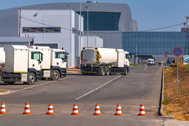 Camion de véhicule de service garé près du terminal de l'aéroport