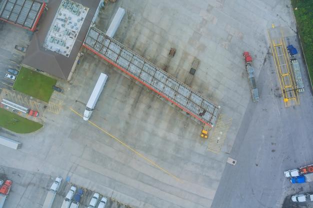 Camions à l'aire de repos dans un parking bondé de l'autoroute avec voiture de ravitaillement sur station-service aux usa