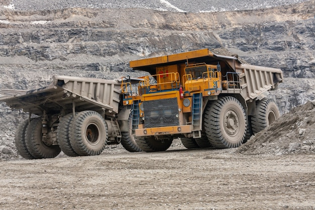 Des camions à benne basculante gigat travaillent dans la mine pour la production d'apatite dans la région de mourmansk