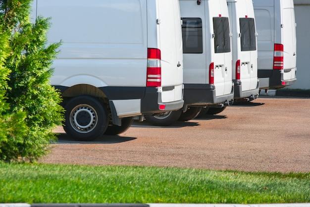 Camions de livraison, parking camionnettes