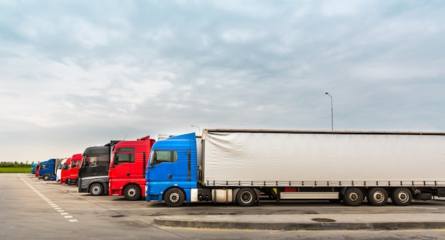 Camions sur parking, transport de marchandises en europe