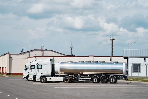Camions avec remorque citerne sur parking
