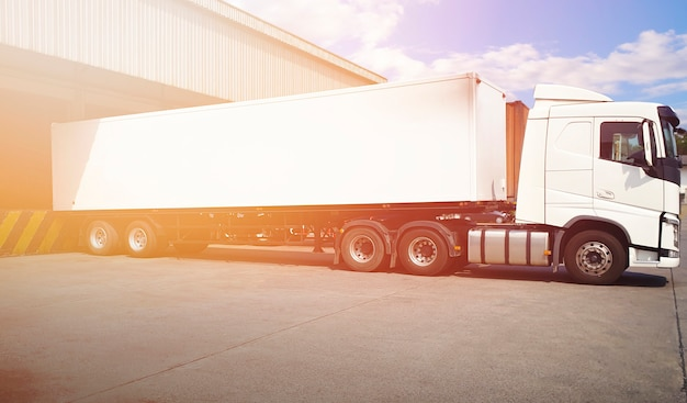 Camions semi-remorques un parking à l'industrie de l'entrepôt camion de fret routier logistique transport de fret