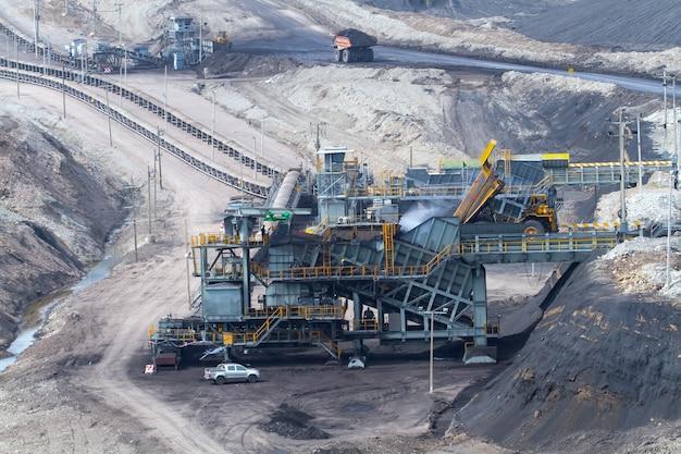 Les camions transportent le minerai des mines