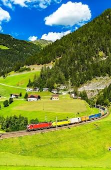 Les camions traversant les alpes par chemin de fer au col du brenner en autriche
