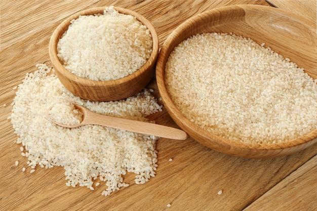 Camolino de riz dans un bol en bois sur la table de la cuisine