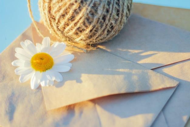 Camomille blanche sur une enveloppe kraft, envoyer ou recevoir un message, carte de voeux