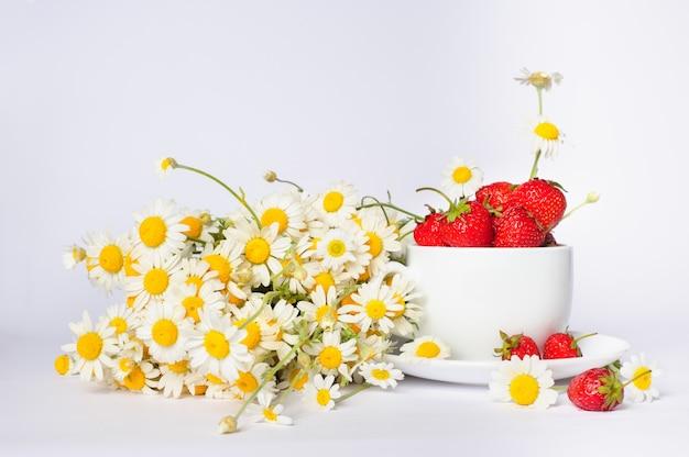 Camomille et fraises dans la tasse