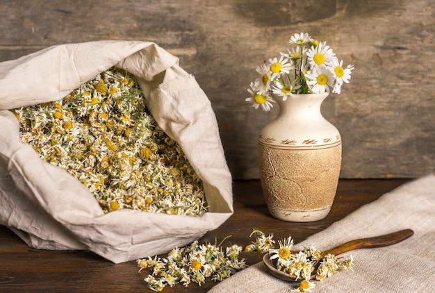 Camomille sèche dans un sac en tissu; tisane aromatique