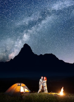 Le camp brille la nuit sous les étoiles