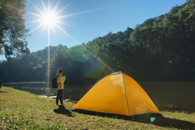 Camp dans les montagnes près du lac bivouac
