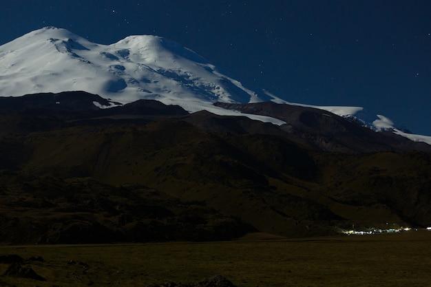 Camp D'escalade Au Pied Du Mont Elbrouz Photo Premium