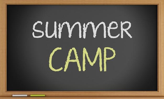 Camp d'été écrit sur tableau noir.