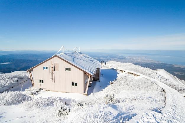 Camp libre au sommet de la montagne daisen au japon était recouvert de neige