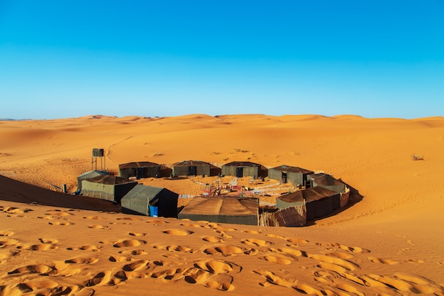 Camp de nomades dans le désert du sahara.