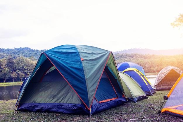 Camp de tente de tourisme au bord de la rivière.