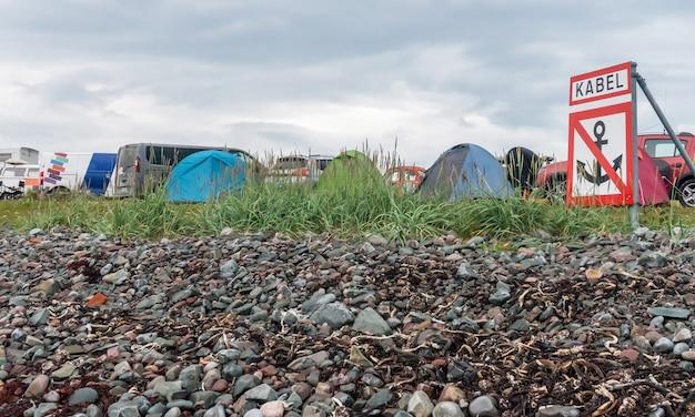 Camp touristique sur la côte de la mer de barents, péninsule de varanger, finnmark, norvège