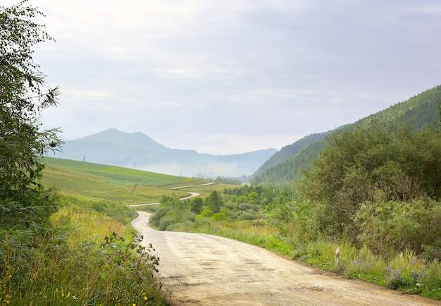 Campagne sur fond de montagnes sous un ciel bleu nuageux sibérie russie