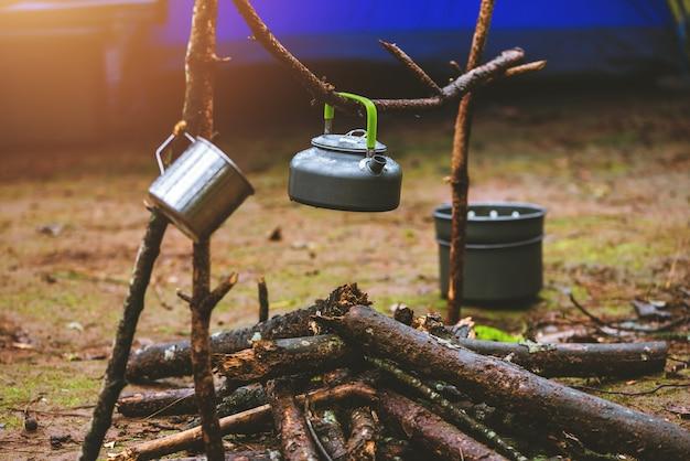 Camper sur la montagne dans la nature sauvage