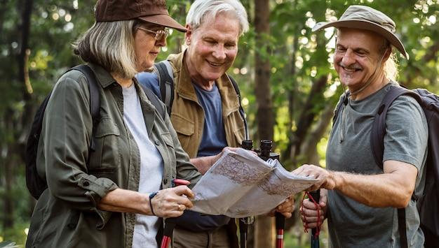 Campeurs d'âge mûr vérifiant la direction