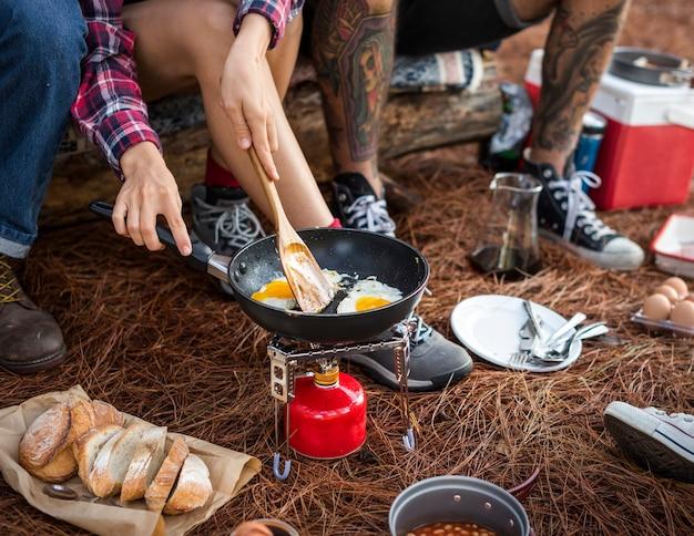 Campeurs faisant le petit déjeuner au camping