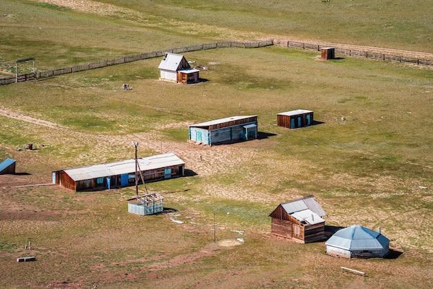 Camping abandonné dans la vallée de la rivière kyzylshin. russie, république de l'altaï