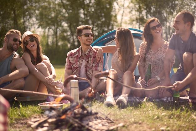Camping au bord du lac avec de bons amis